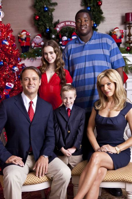 Lily Collins (L-r) TIM McGRAW as Sean Tuohy, LILY COLLINS as Collins, JAE HEAD as S.J., QUINTON AARON as Michael Oher and SANDRA BULLOCK as Leigh Anne Tuohy in Alcon Entertainment's drama 'The Blind Side,' a Warner Bros. Pictures release. Photo by Ralph Ne