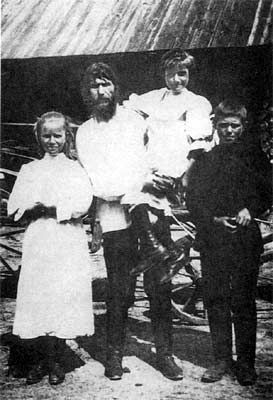 Grigory Rasputin Rasputin and his three children, Matryona, Varvara et Dimitri