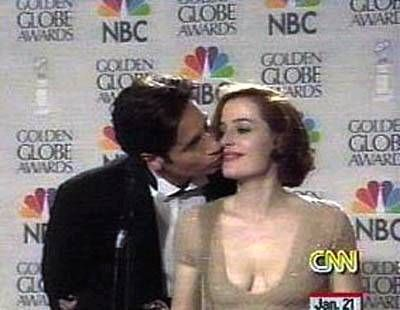 Gillian Anderson David Duchovny kissing  on the cheek during the After Awards Pressjunket