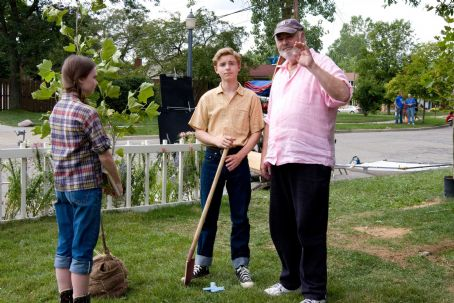 Flipped (L-r) MADELINE CARROLL, CALLAN McAULIFFE and director ROB REINER on the set of Castle Rock Entertainment's coming-of-age romantic comedy 'FLIPPED,' a Warner Bros. Pictures release. Photo by Ben Glass