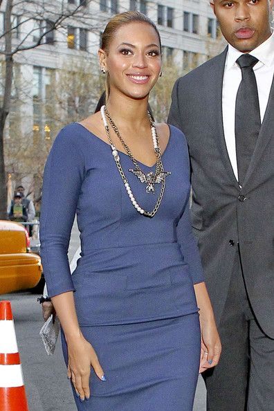 Beyoncé Knowles - Beyonce shows off her post pregnancy body in an elegant blue dress as she arrives for a cocktail party with First Lady Michelle Obama in NYC