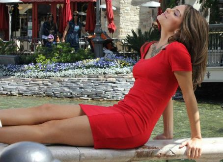 Maria Menounos Is Back On Extra With Broken Ribs