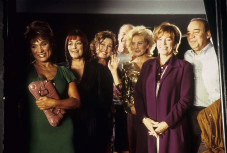 Bettiana Blum (as Ofelia), Carmen Maura (as Magda), Veronica Forque (as Nuria), (back) Lluis Homar (as Jacinto), Marisa Paredes (as Reyes) , Mercedes Sampietro (as Helena) and Extra in Reinas (Queens) 2006