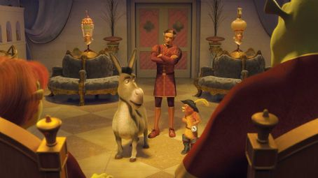 Puss in Boots Shrek (MIKE MYERS), Fiona (CAMERON DIAZ), the stylist Raoul (GUILLAUME ARETOS) look on as Donkey (EDDIE MURPHY) and Puss In Boots (ANTONIO BANDERAS) try to resolve their differences in DreamWorks' SHREK THE THIRD, to be released by Paramount Picture