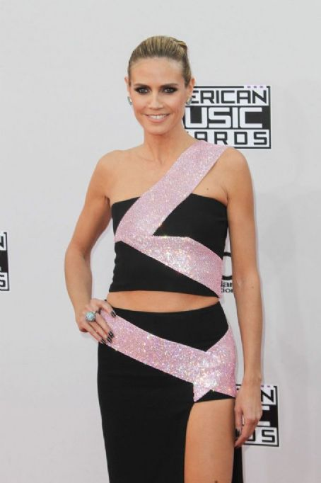 Heidi Klum in Versace at the AMAs: 80s mess or unique?