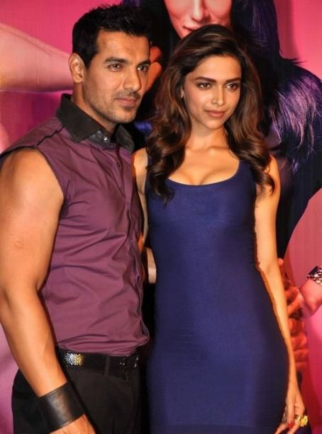 Desi Boyz - Desi boyz music launch 2011- Deepika With John & Akshay