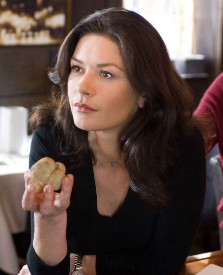 "No Reservations CATHERINE ZETA-JONES stars as Kate in Warner Bros. Pictures' and Village Roadshow Pictures' romantic drama "","" distributed by Warner Bros. Pictures. The film also stars Aaron Eckhart. Photo by David Lee"