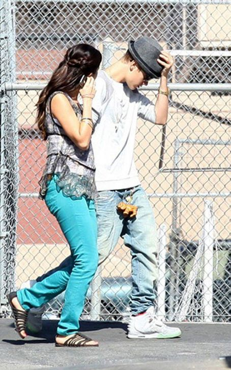 "Justin Bieber paying a visit to girlfriend Selena Gomez on the ""Feed The Dog"" set (August 3)"