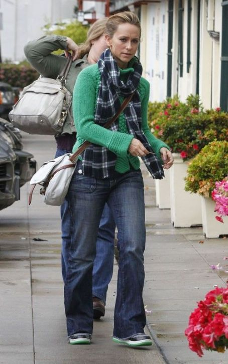 Jennifer Love Hewitt's Rainy St. Patty's Day Shopping