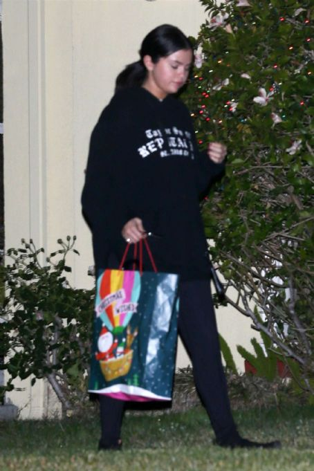 Selena Gomez – Leaving her friend's house in Los Angeles