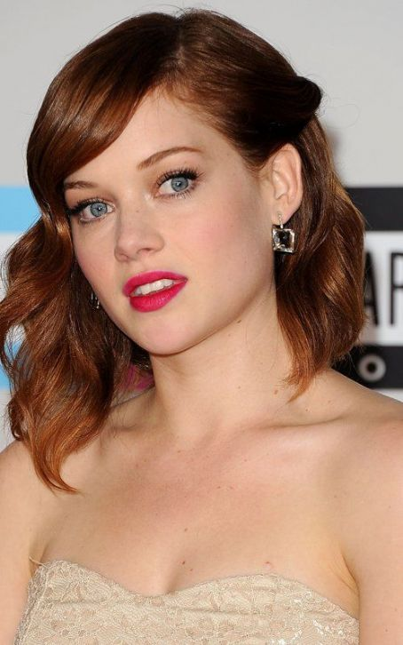 Jane Levy 's Lovely Look at the 2011 AMAs