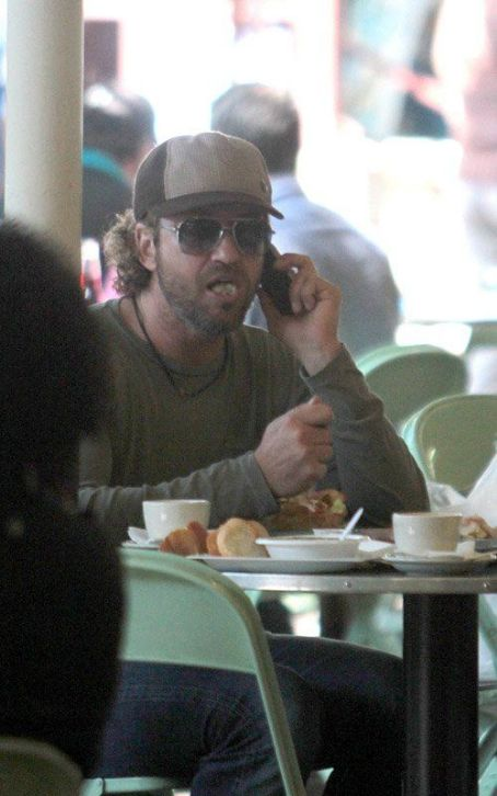 Gerard Butler's Farmers Market Family Lunch Date