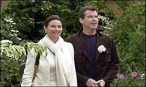 Keely Shaye Smith and Pierce Brosnan - Pierce Brosnan & Keely Shaye Smith at the Royal Horticultural Society's annual Chelsea Floweer Show - 20 May 2002