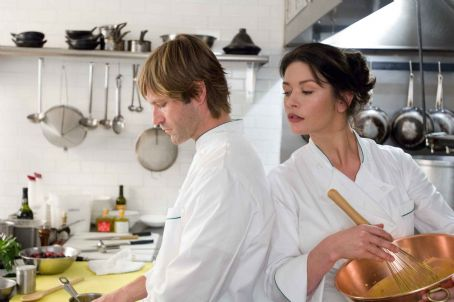 "Catherine Zeta-Jones and Aaron Eckhart - AARON ECKHART stars as Nick and CATHERINE ZETA-JONES stars as Kate in Warner Bros. Pictures' and Village Roadshow Pictures' romantic drama ""No Reservations,"" distributed by Warner Bros. Pictures. Photo by David Lee"