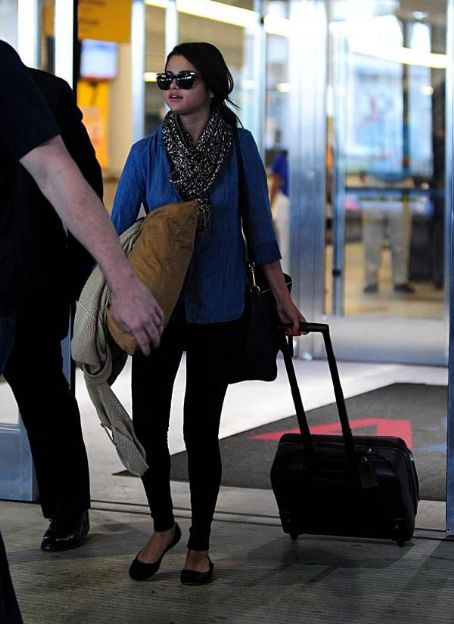 Selena Gomez was spotted making her way into Los Angeles International Airport today, June 8