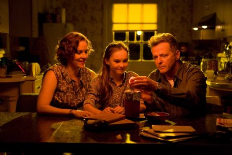 Flipped (L-r) PENELOPE ANN MILLER as Trina Baker, MADELINE CARROLL as Juli Baker and AIDAN QUINN as Richard Baker in Castle Rock Entertainment's coming-of-age romantic comedy 'FLIPPED,' a Warner Bros. Pictures release. Photo by Ben Glass