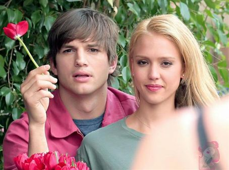 Ashton Kutcher and Jessica Alba - Valentine's Day